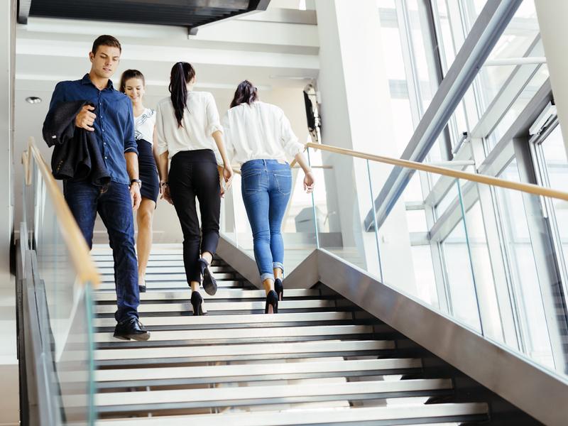 des travailleurs montent et descendrent un escalier