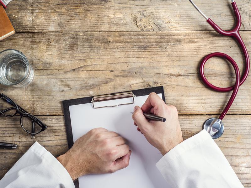 Médecine écrit une ordonnance
