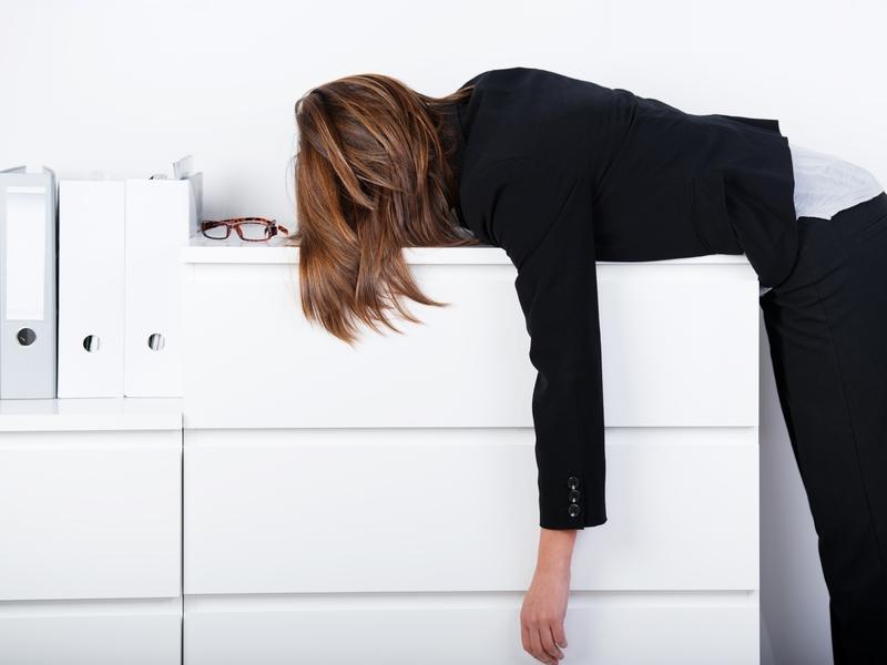 Employée couchée sur un comptoir