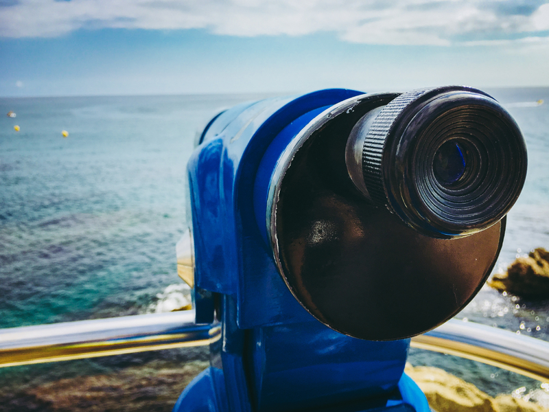 Un téléscope devant la mer