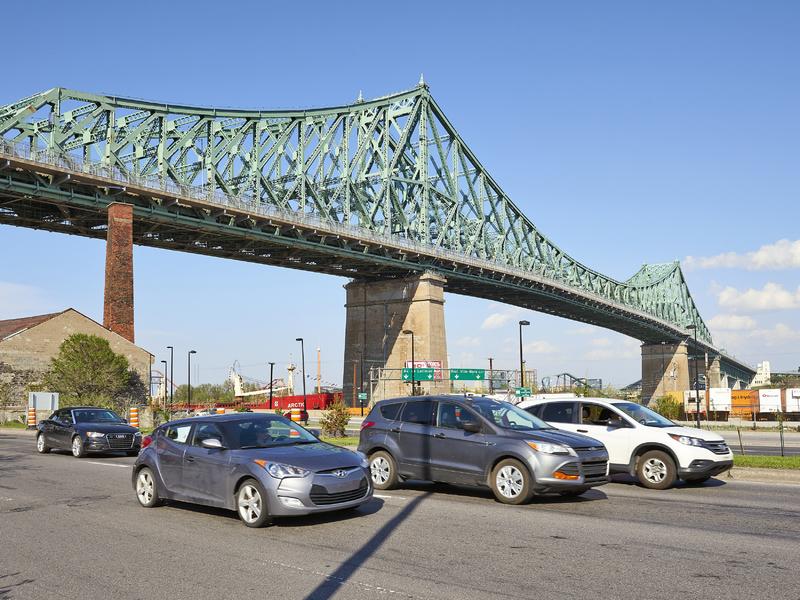 Circulation sous le pont Jacques-Cartier à Montréal