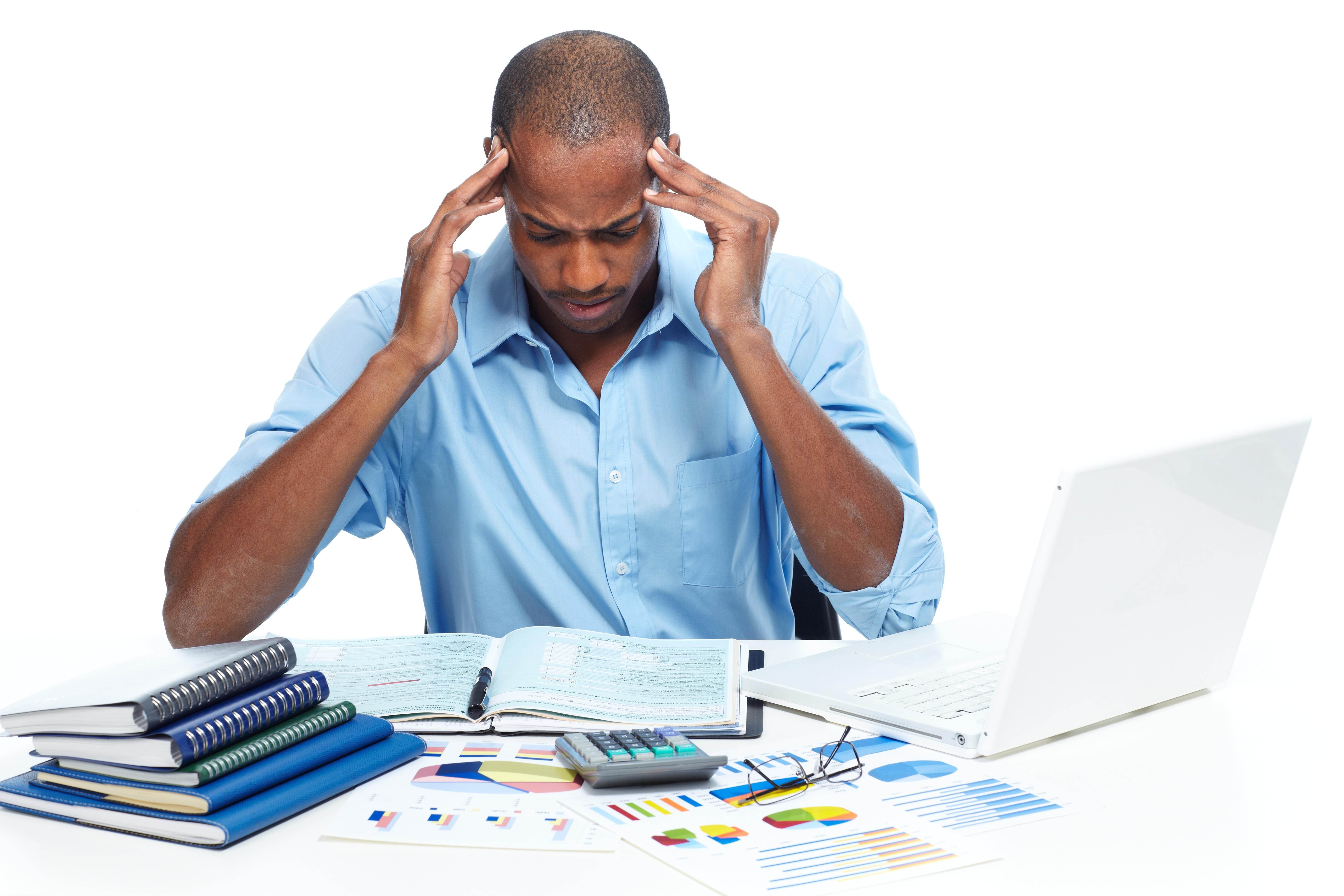 Homme au bureau a mal de tête