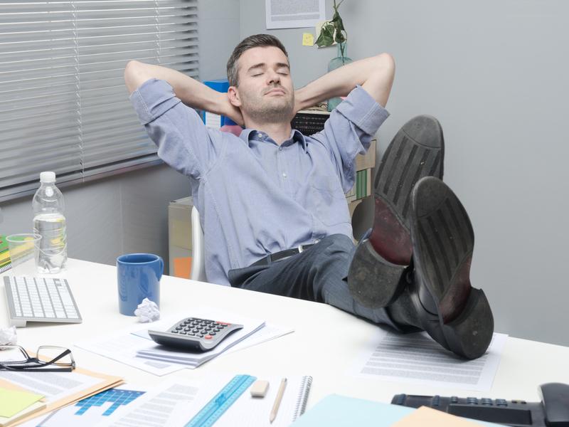 Employé se détend à son bureau