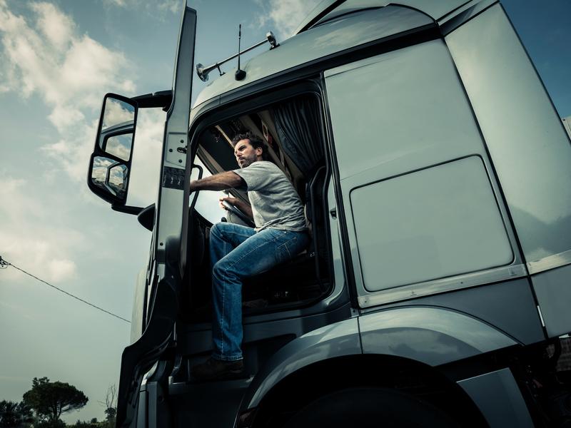 Camionneur descend de son camion