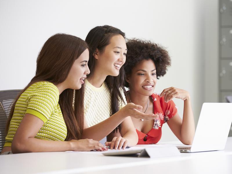 Trois femmes regardent un ordinateur au travail