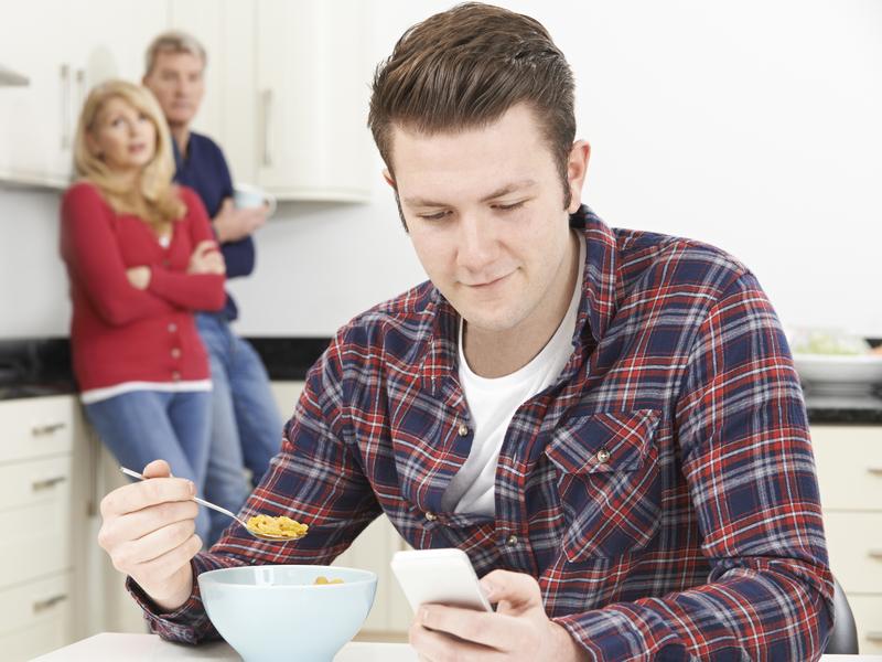 Adulte mange des céréales chez ses parents