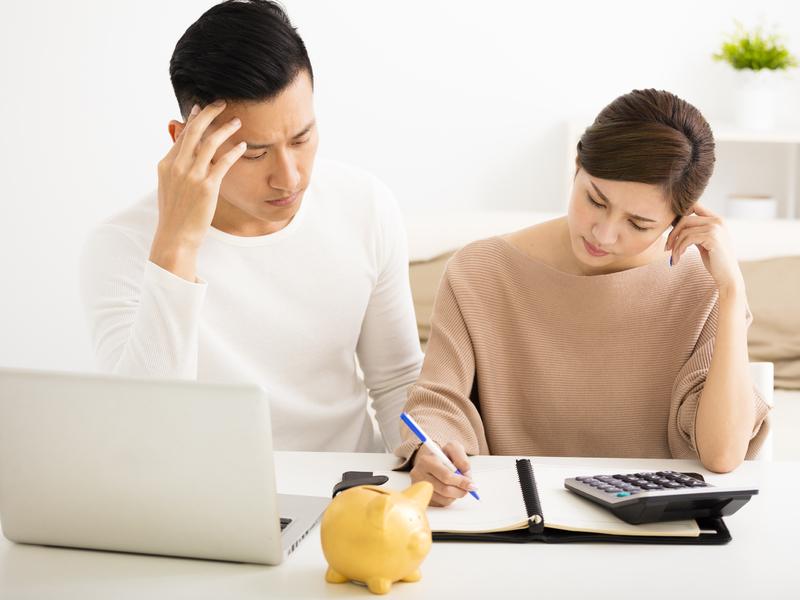 Un couple stressé par leurs finances
