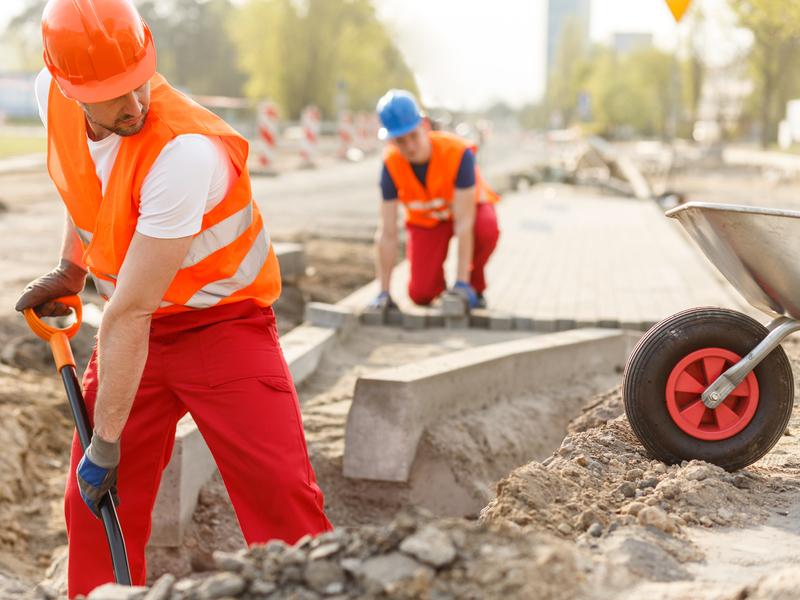 Deux travailleurs sur un chantier de construction