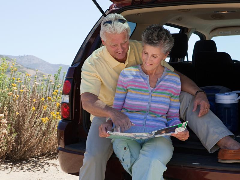 Couple d'âge mûr planifie une randonnée