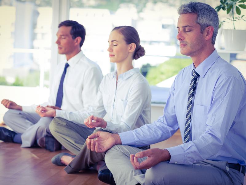 Des travailleurs font du yoga