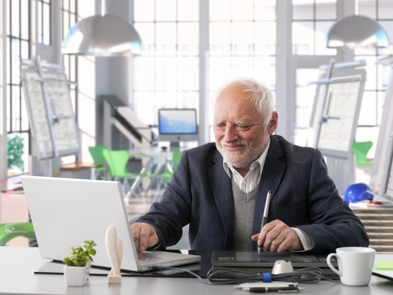 Homme âgé travaille sur son ordinateur