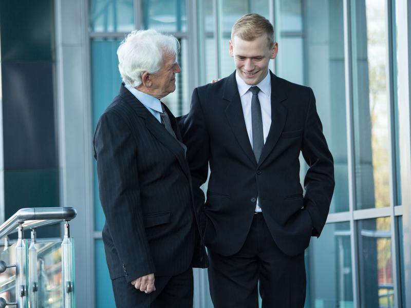 Un travailleurs senior discute avec un employé plus jeune