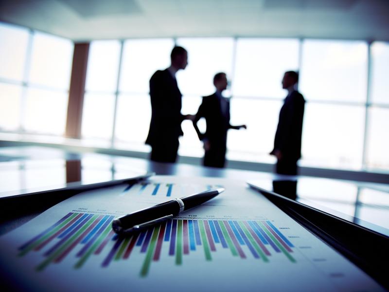 Équipe d'affaires discute des investissements