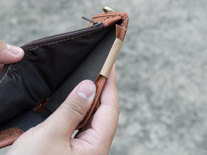 Homme ouvre un portefeuille vide