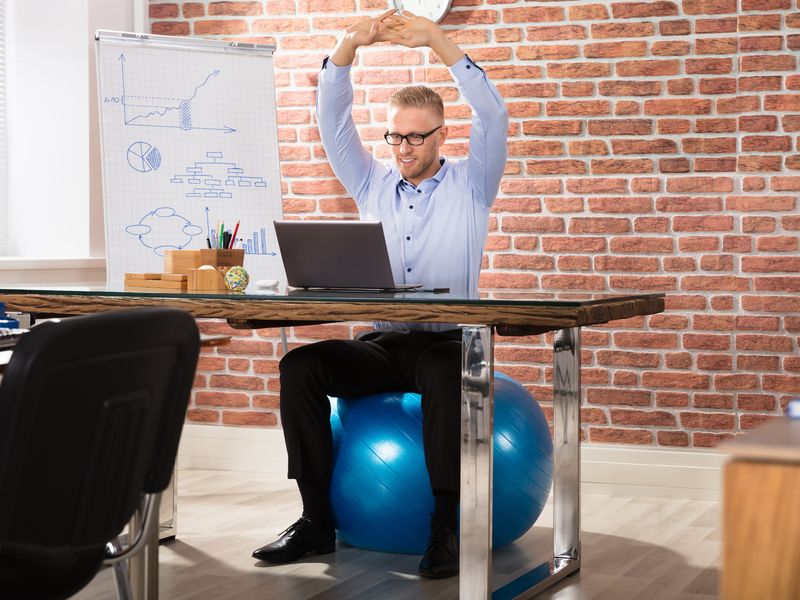 Homme fait de l'exercice au bureau