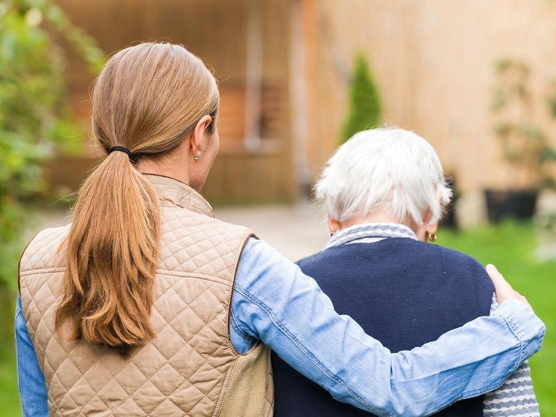 Une jeune femme accompagne une femme âgée