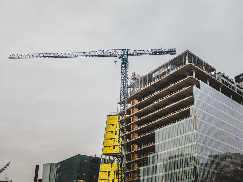 Grue et batiment en construction à Montréal