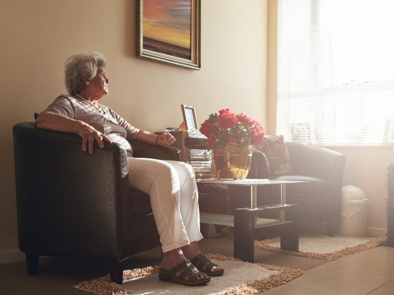 Femme âgée assise dans un fauteuil