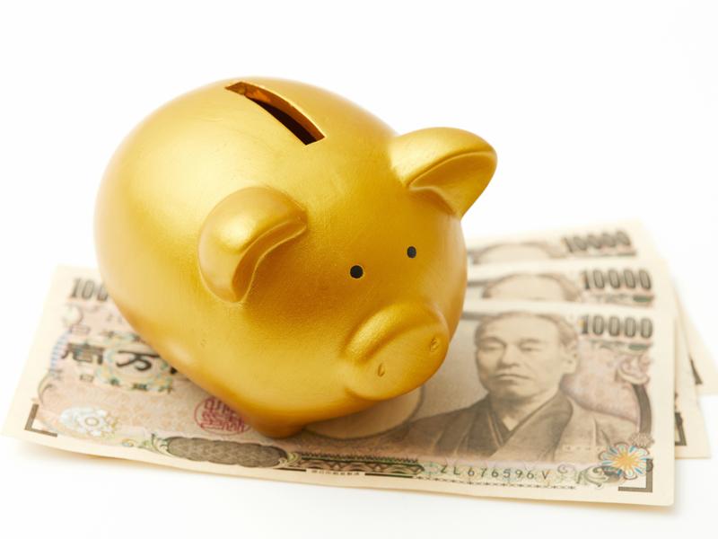 Un tirelire sur des billets de banque de yen japonais
