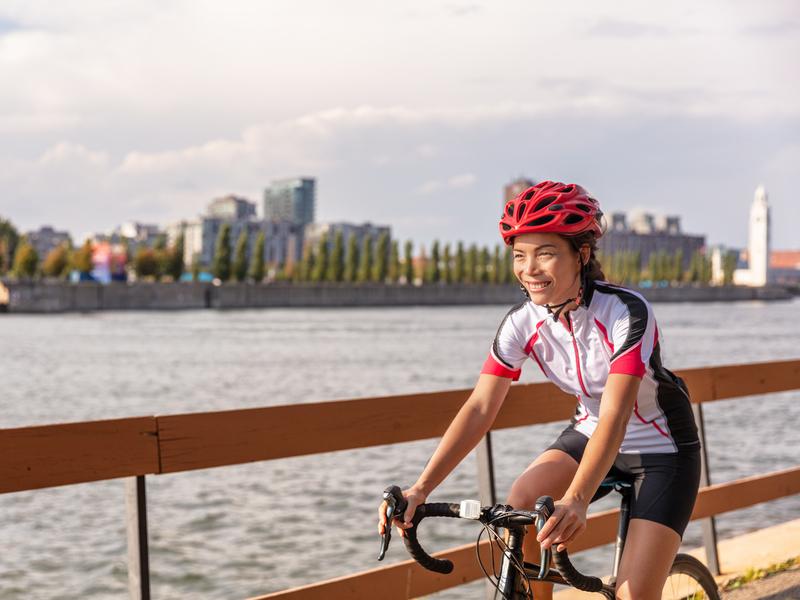 Une femme fait du vélo sur le fleuve St-Laurent à Montréal