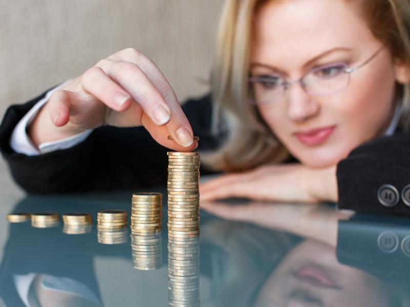 Une femme compte des pièces