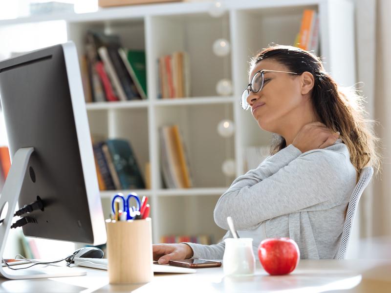 une employée devant son ordinateur