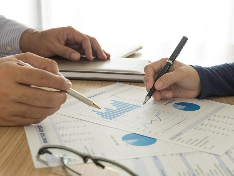 Un conseiller explique la situation financière d'un employé
