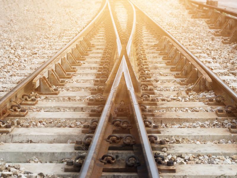 Un jonction des rails du chemin de fer