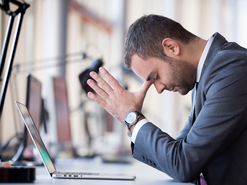 jeune employé fatigué devant son ordinateur