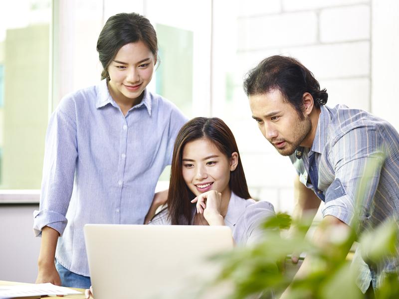 Japonais heureux travaillant sur ordinateur