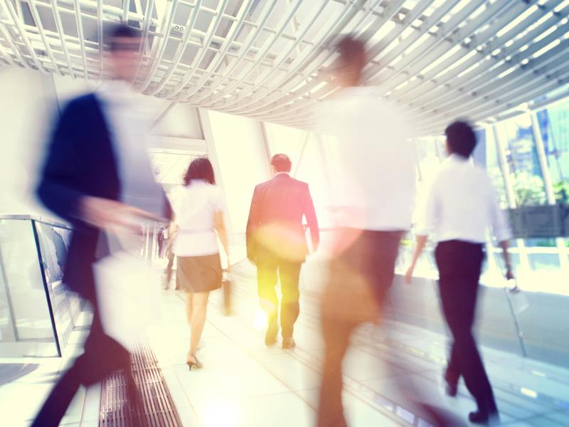 Des travailleurs de bureau prennent une marche