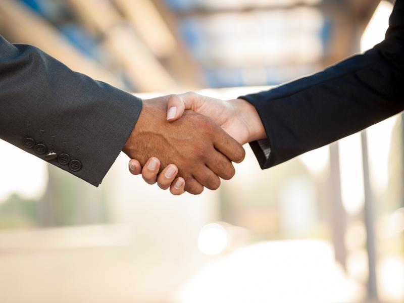 Poignée de main entre une femme et un homme d'affaires