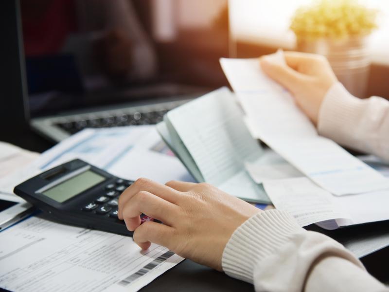 Une femme fait sa comptabilité