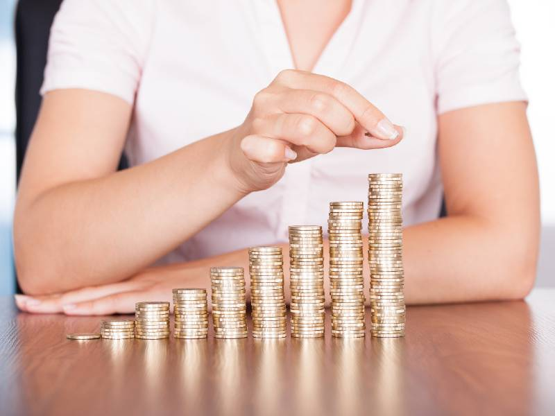 Une femme épargne ses monnaies d'argent