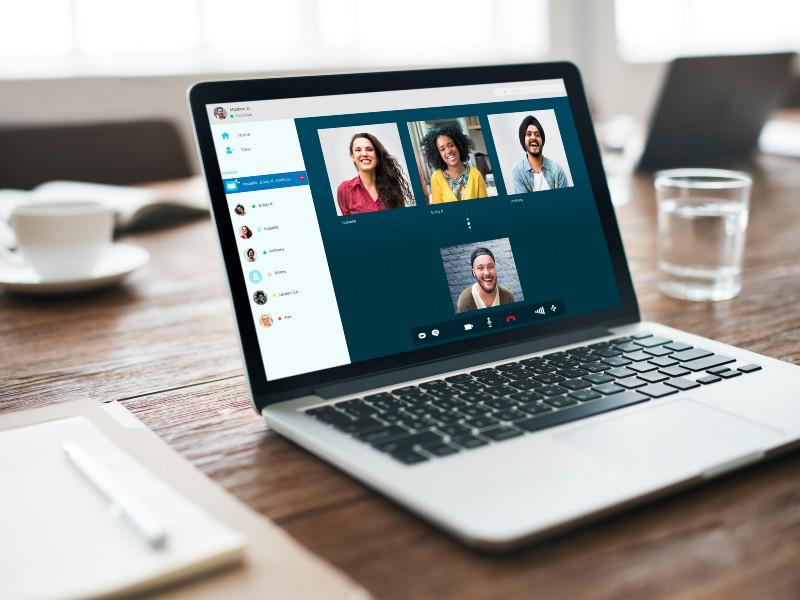 Des employés font des réunions par vidéoconférence